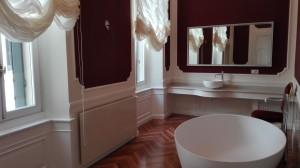 Boiserie e piano lavabo