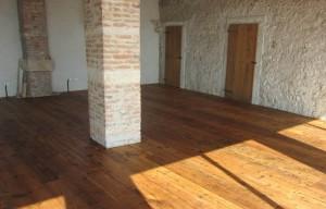 Pavimento realizzato con tavole di abete d'epoca.